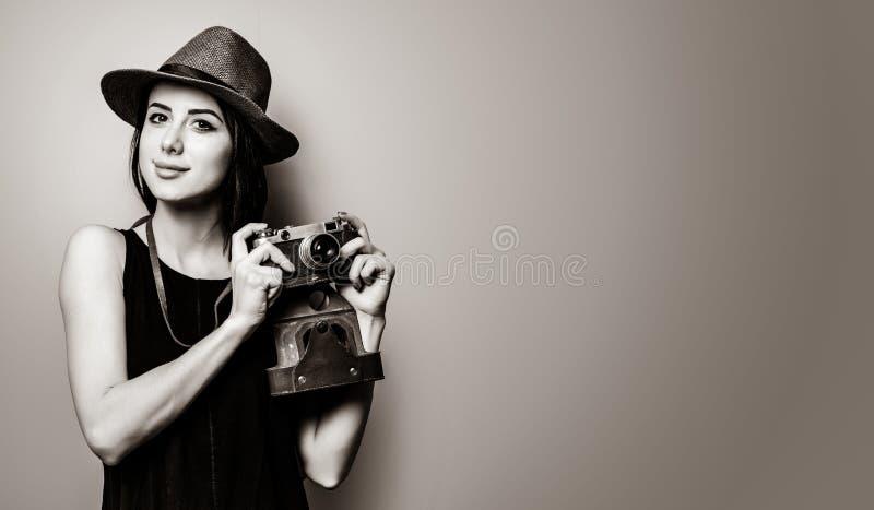 Porträt der jungen Frau mit Kamera stockbild