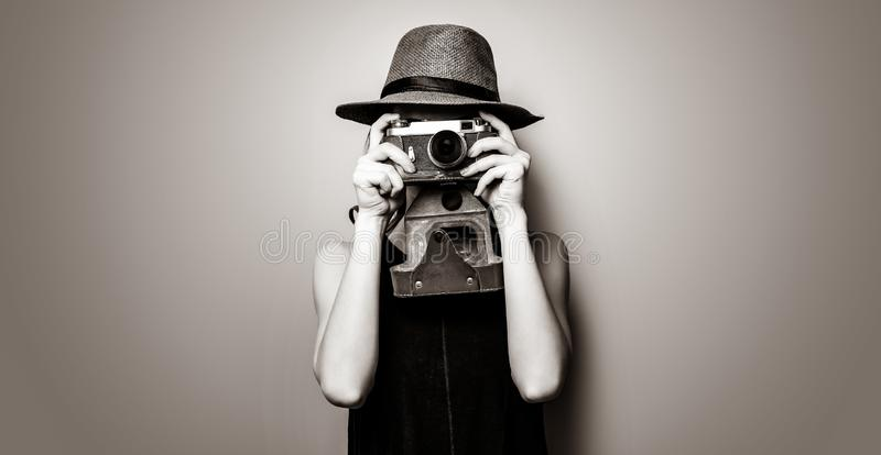 Porträt der jungen Frau mit Kamera stockbilder