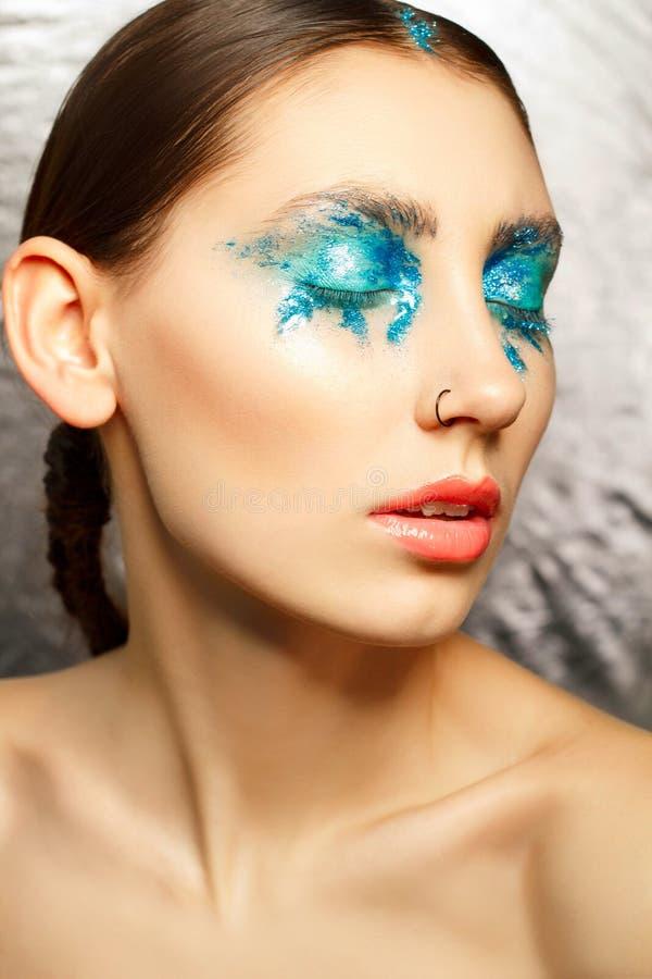 Porträt der jungen Frau mit Mode bilden mit blaues Auge weari stockfotografie