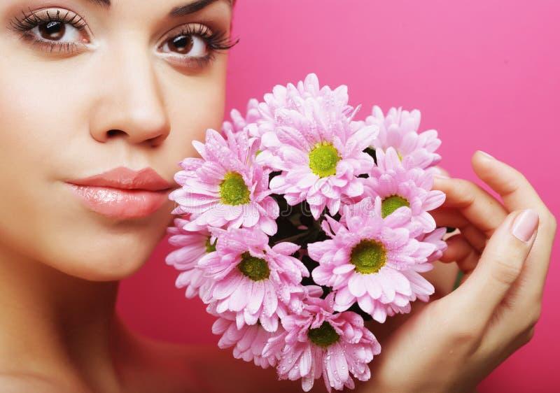 Porträt der jungen Frau mit rosa Chrysantheme stockfotografie