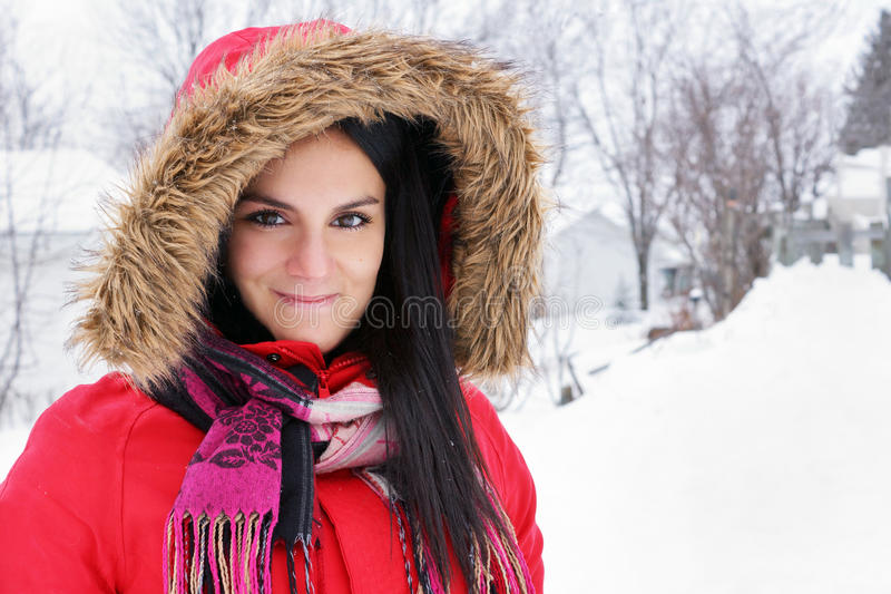 Porträt der jungen Frau mit rotem Wintermantel lizenzfreie stockfotos