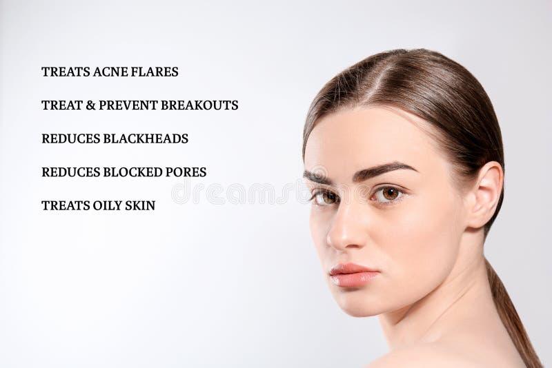 Porträt der jungen Frau mit sauberer Haut und Liste von Antiaknekosmetikeffekten stockfotografie