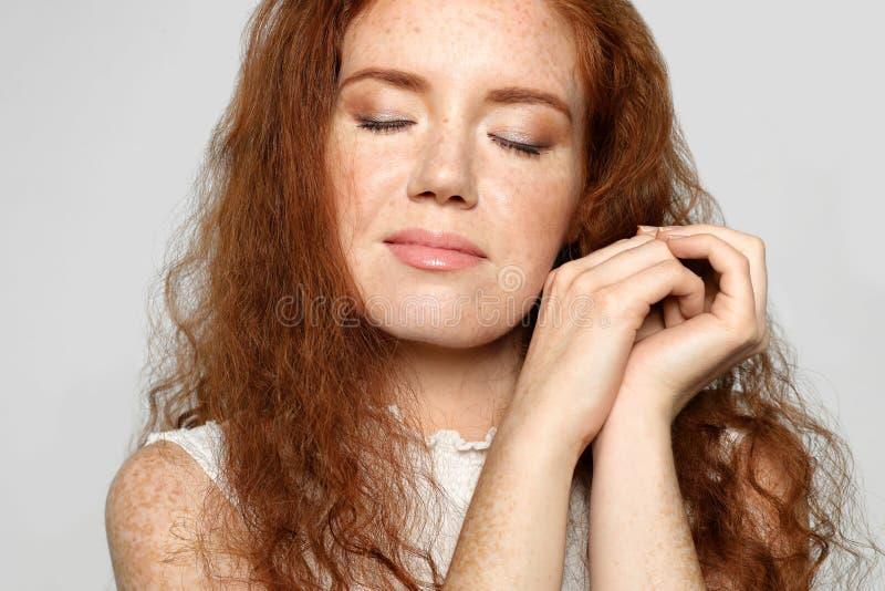 Porträt der jungen Frau mit schönem Gesicht auf grauem Hintergrund lizenzfreie stockfotos