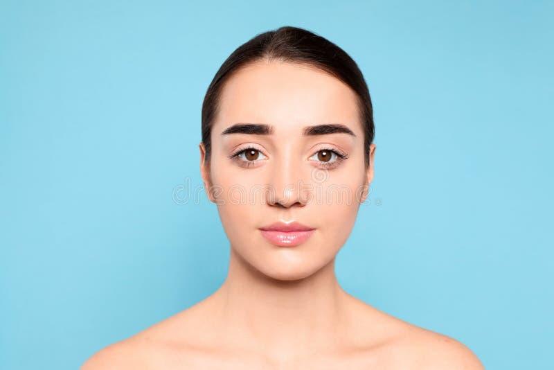 Porträt der jungen Frau mit schönem Gesicht stockbilder