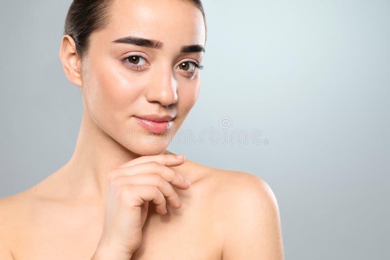 Porträt der jungen Frau mit schönem Gesicht Raum f?r Text lizenzfreie stockfotos