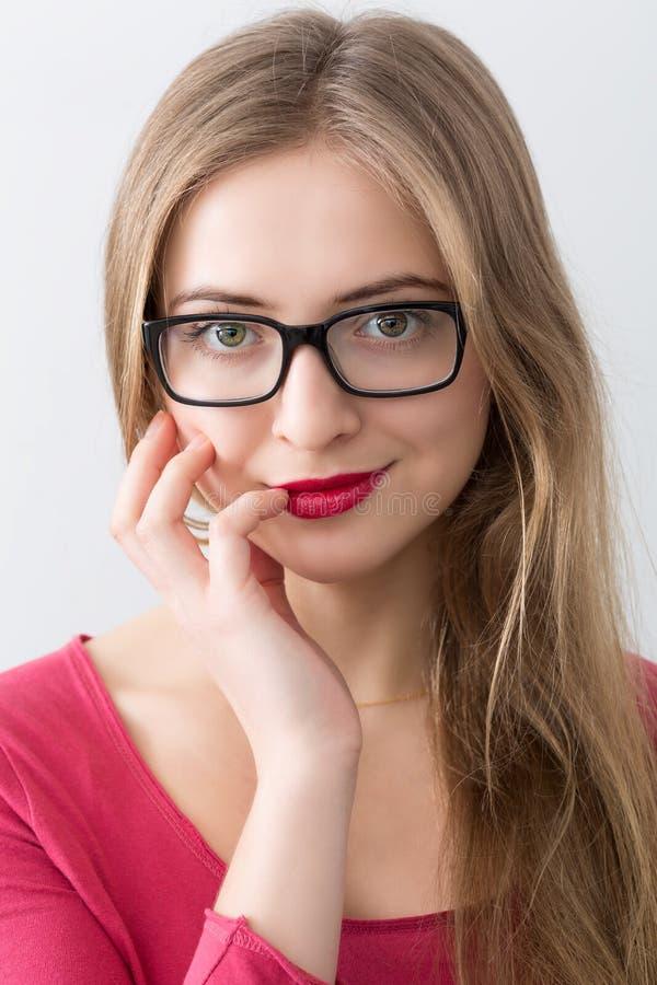 Porträt der jungen Frau mit schwarzen Gläsern stockbilder