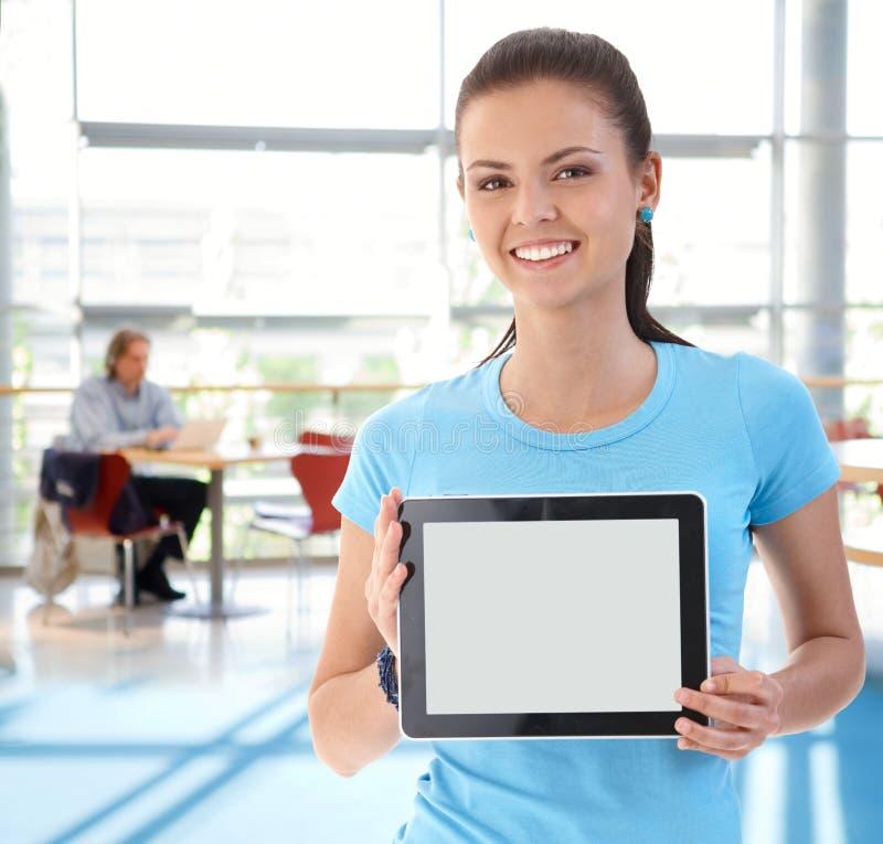 Porträt der jungen Frau mit Tablette stockbilder