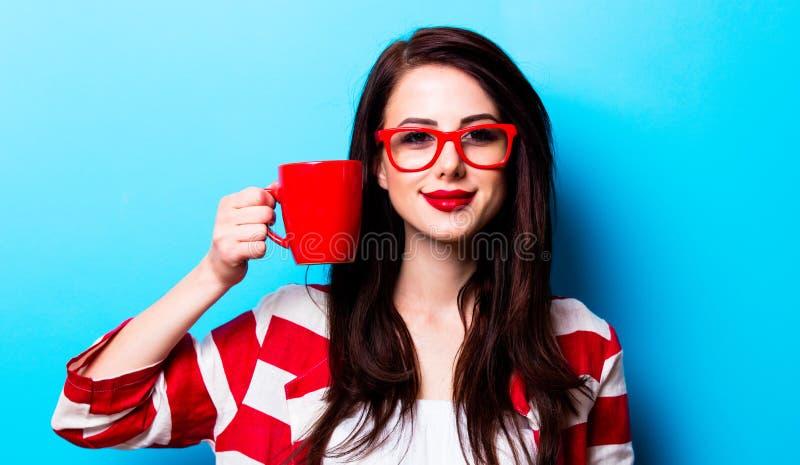 Porträt der jungen Frau mit Tasse Kaffee stockfotos