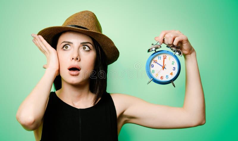 Porträt der jungen Frau mit Uhr lizenzfreies stockfoto