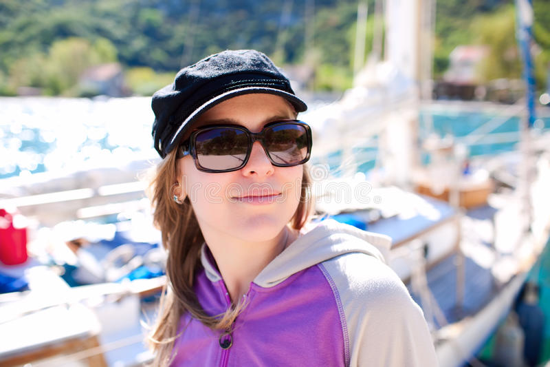 Porträt der jungen Frau mit Yacht lizenzfreie stockfotos