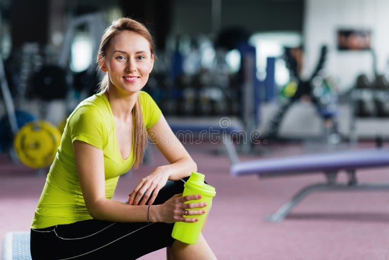 Porträt der jungen Frau stillstehend nach Training an der Turnhalle stockfotos