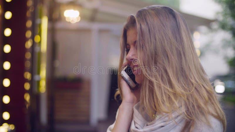 Porträt der jungen Frau telefonisch sprechend lizenzfreies stockfoto