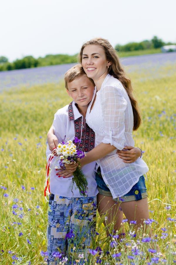 Porträt der jungen Frau u. des Jungen zusammen draußen lizenzfreies stockbild