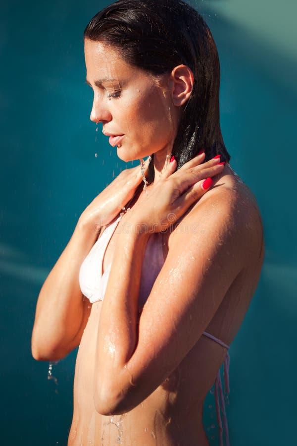 Porträt der jungen Frau unter Dusche lizenzfreie stockbilder