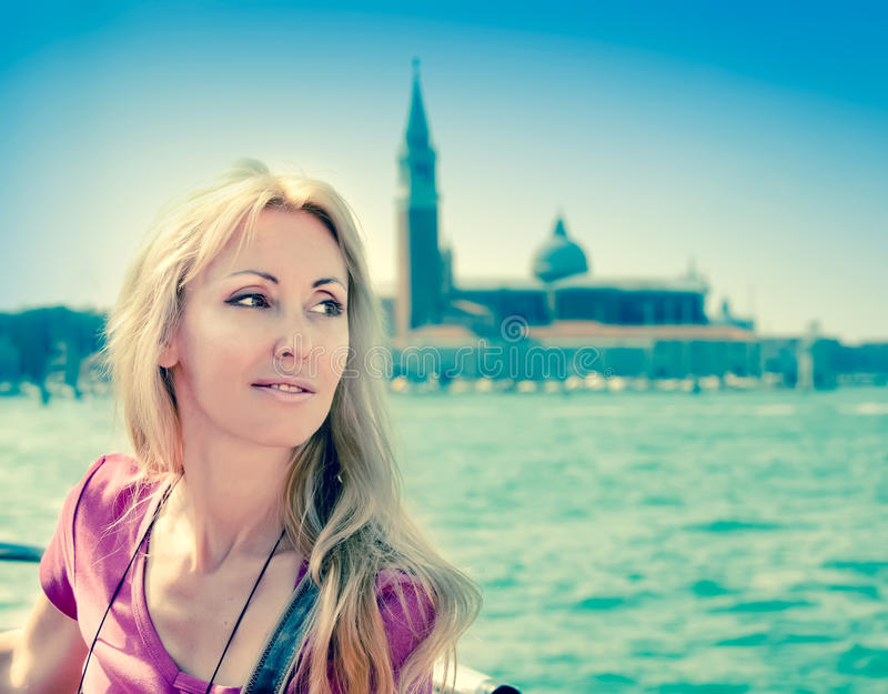 Porträt der jungen Frau in Venedig, Italien, mit einem Retro- Effekt stockbild