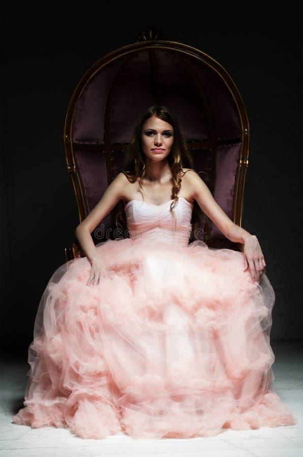 Porträt der jungen Frau am Weinleselehnsessel lizenzfreies stockbild