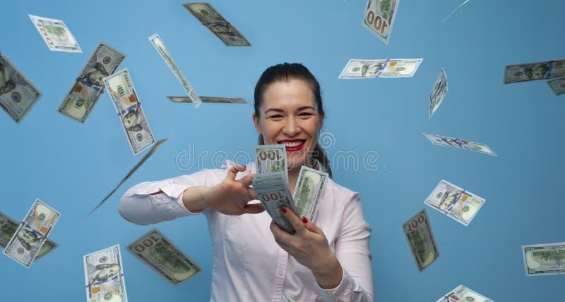 Porträt der jungen frohen Geschäftsfrau, die Geldbargeldfan genießt lizenzfreie stockfotos