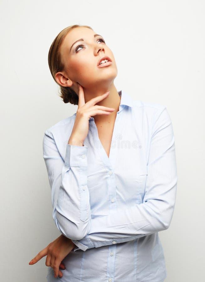 Porträt der jungen Geschäftsfrau auf weißem Hintergrund stockbild