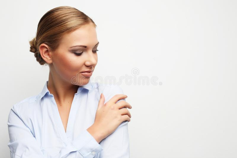 Porträt der jungen Geschäftsfrau auf weißem Hintergrund lizenzfreies stockfoto
