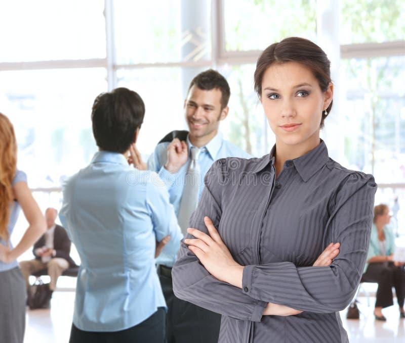 Junge Geschäftsfrau in der Bürolobby stockfotografie