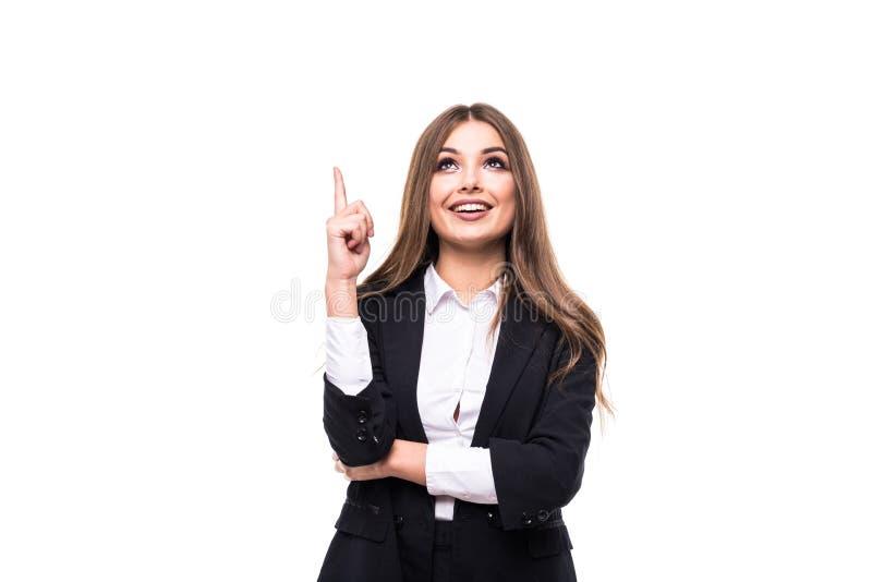 Porträt der jungen Geschäftsfrau, die auf weißen Hintergrund zeigt lizenzfreie stockfotografie