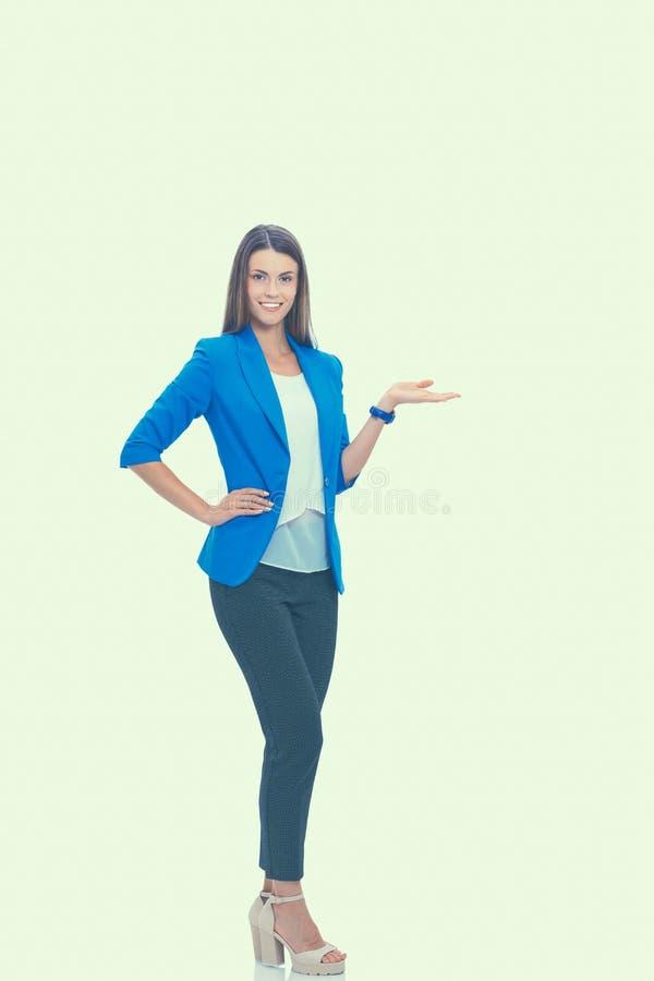 Porträt der jungen Geschäftsfrau, die auf weißen Hintergrund zeigt stockfoto