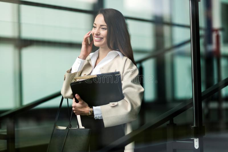Porträt der jungen Geschäftsfrau gehend zum Büro lizenzfreie stockbilder