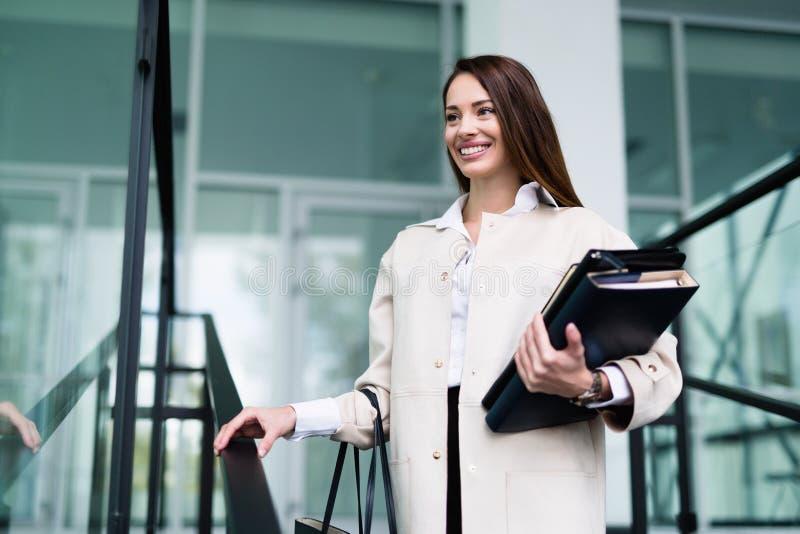 Porträt der jungen Geschäftsfrau gehend zum Büro stockbild