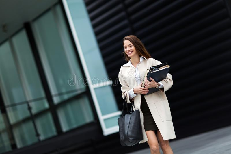 Porträt der jungen Geschäftsfrau gehend zum Büro lizenzfreie stockfotos