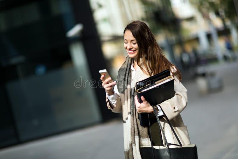 Porträt der jungen Geschäftsfrau gehend zum Büro stockbilder