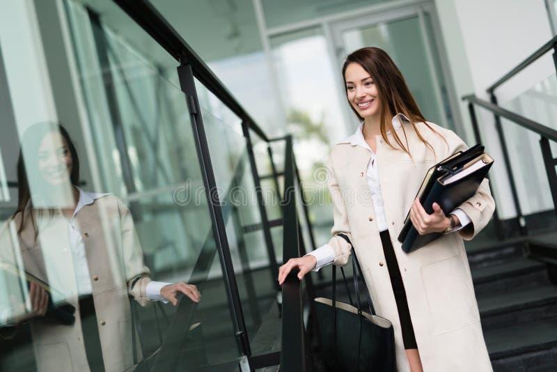 Porträt der jungen Geschäftsfrau gehend zum Büro stockfotografie