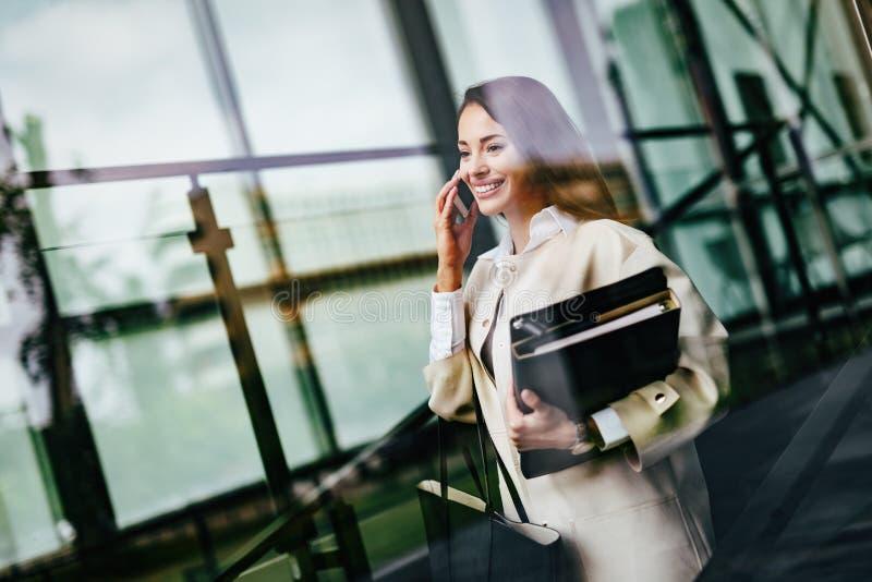 Porträt der jungen Geschäftsfrau gehend zum Büro stockfotos