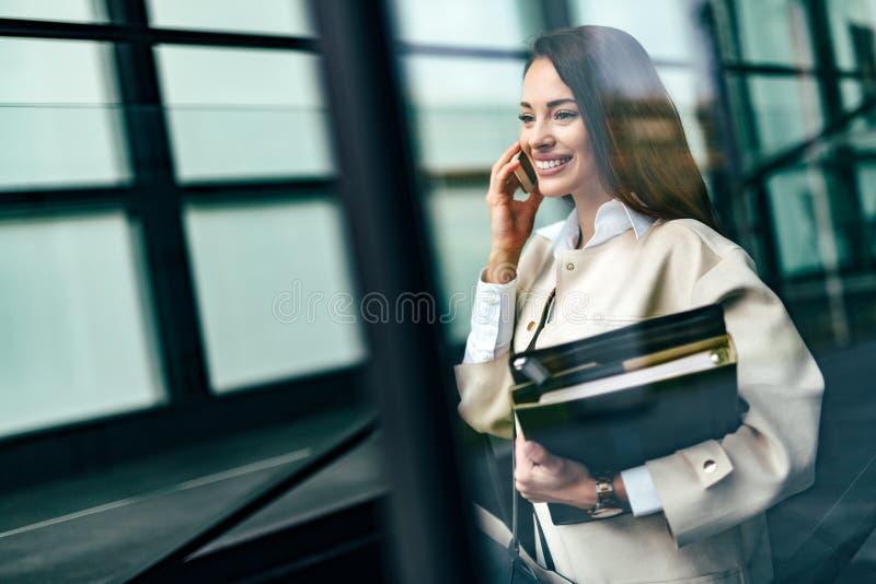 Porträt der jungen Geschäftsfrau gehend zum Büro lizenzfreies stockfoto