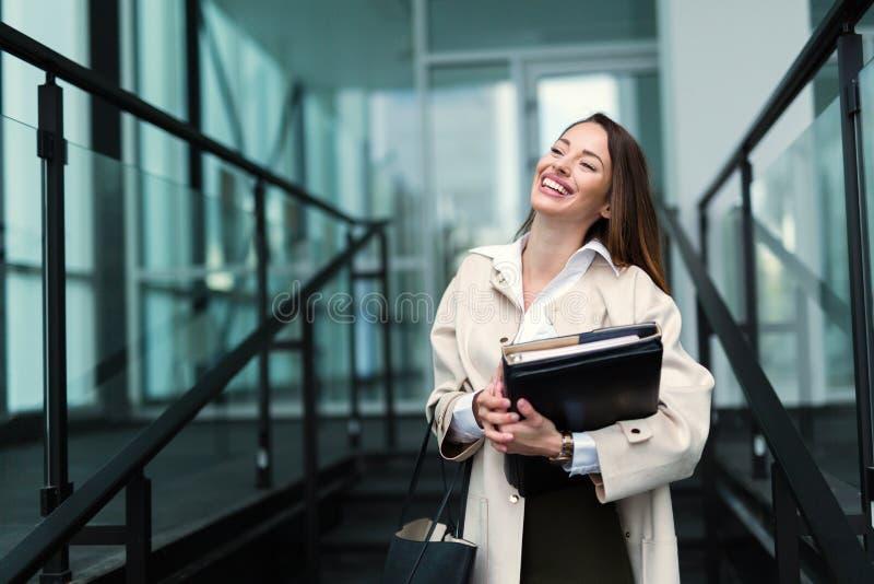 Porträt der jungen Geschäftsfrau gehend zum Büro stockfoto