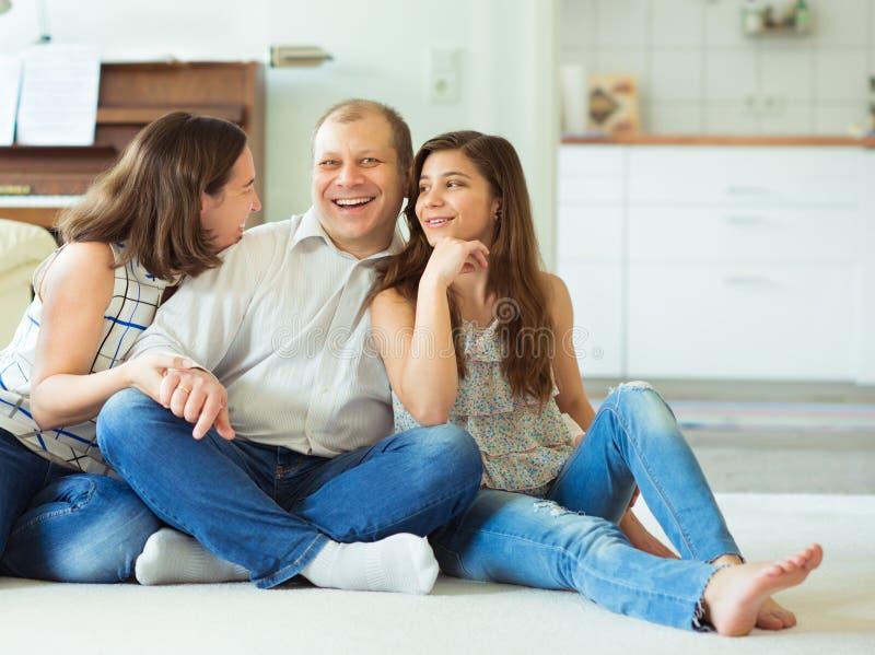 Porträt der jungen glücklichen Familie mit hübschem Jugendlichtochter hav stockbilder