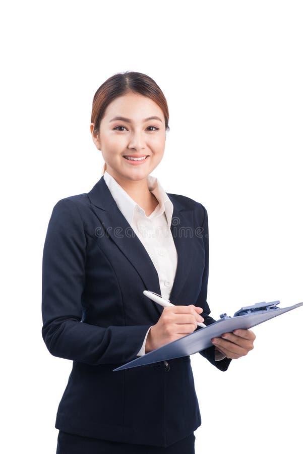 Porträt der jungen glücklichen lächelnden asiatischen Geschäftsfrau mit blauem f lizenzfreie stockfotos