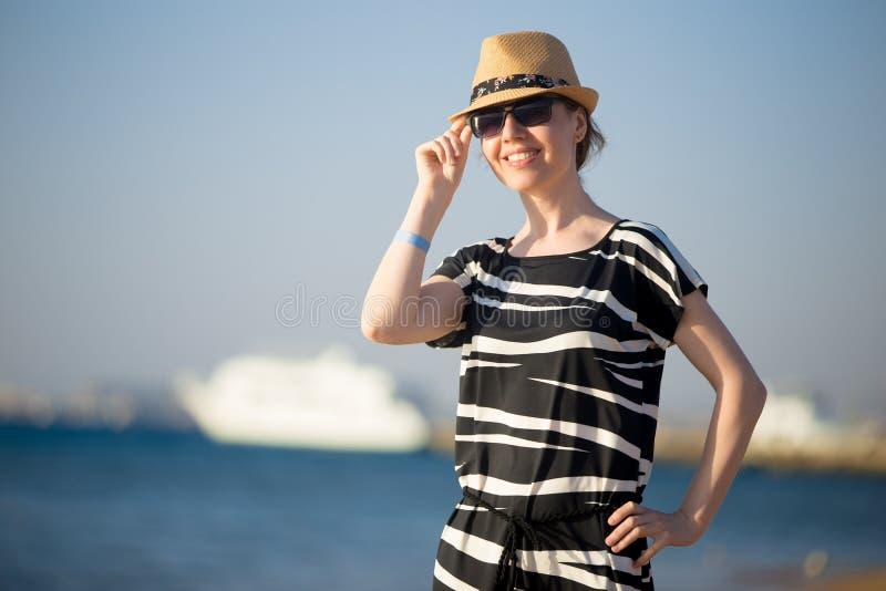 Porträt der jungen glücklichen lächelnden Frau in dem Meer stockfotos