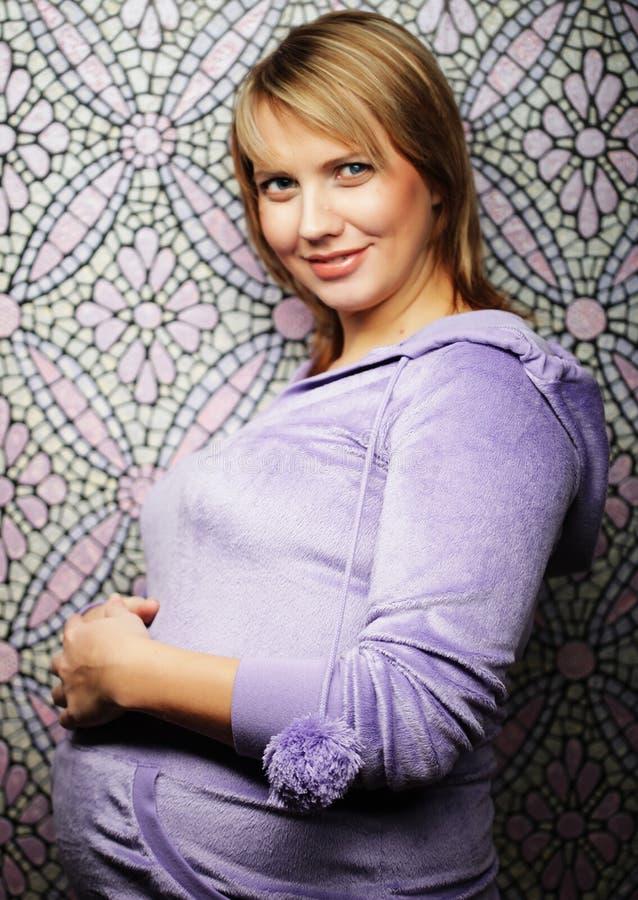 Porträt der jungen glücklichen lächelnden schwangeren Frau lizenzfreies stockfoto