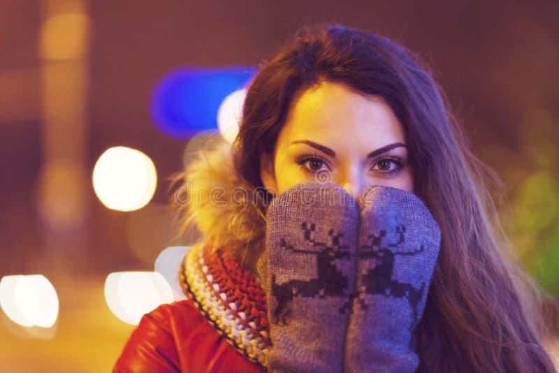 Porträt der jungen hübschen Frau im Freien in der Winterzeit lizenzfreies stockbild