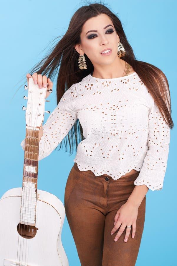 Porträt der jungen Hippiefrau des schönen Zauberhippies im Studio lizenzfreie stockbilder