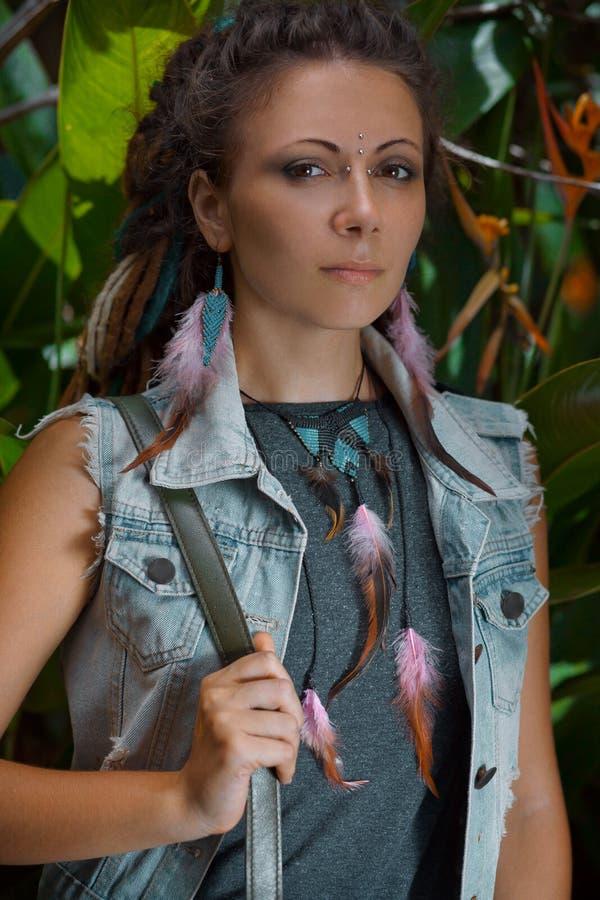 Porträt der jungen kaukasischen Frau im Dschungelwald lizenzfreie stockfotos
