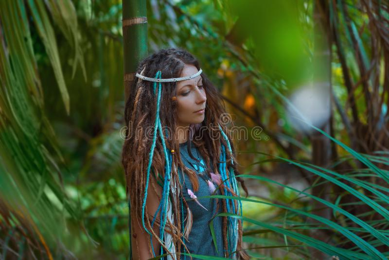 Porträt der jungen kaukasischen Frau im Dschungelwald lizenzfreie stockbilder