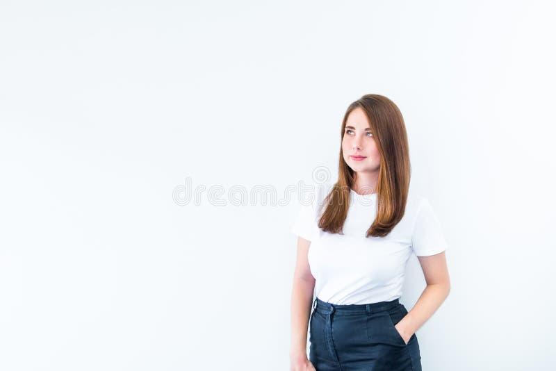 Porträt der jungen kaukasischen Frau im zufälligen T-Shirt, das in einer Seitenrichtung, weg von der Kamera schaut Lokalisiert au lizenzfreies stockfoto