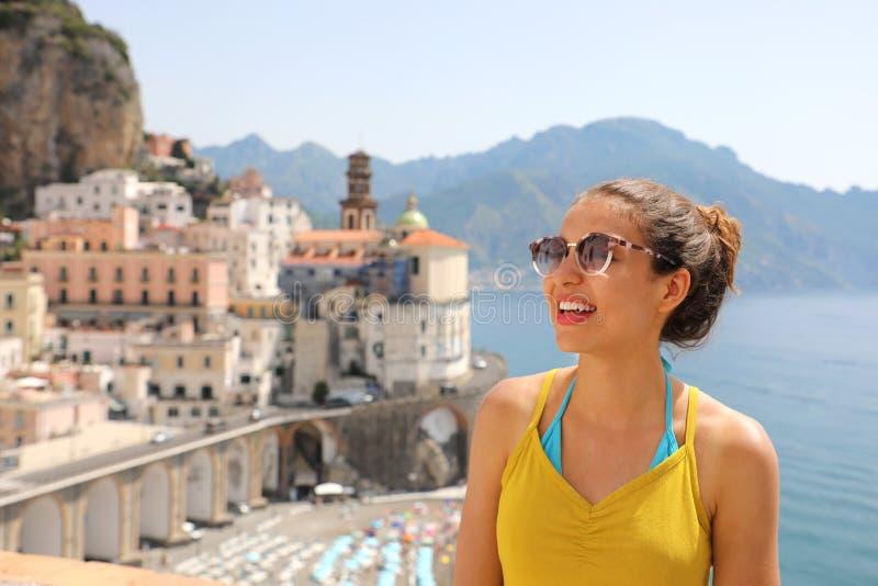 Porträt der jungen lächelnden Frau mit Sonnenbrille in Atrani-Dorf, Amalfi-Küste, Italien Bild des weiblichen Touristen stockfoto
