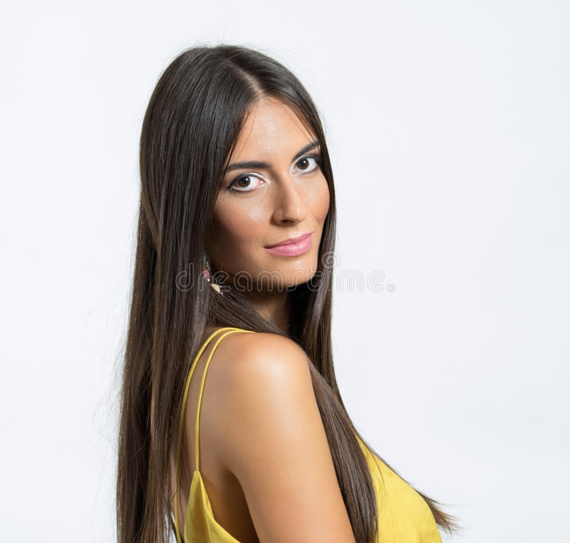 Porträt der jungen lateinischen Frau mit dem gesunden langen seidigen Haar, das Kamera betrachtet stockbilder