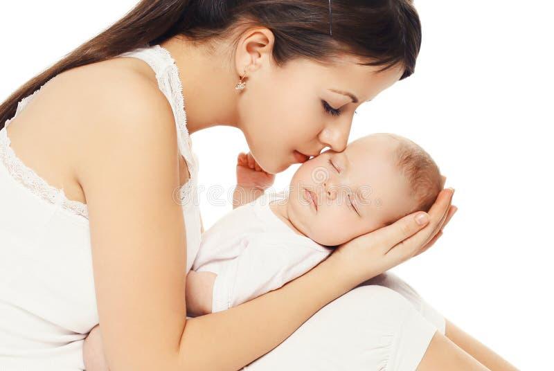 Porträt der jungen liebevollen Mutter, die ihr Baby küsst lizenzfreies stockbild