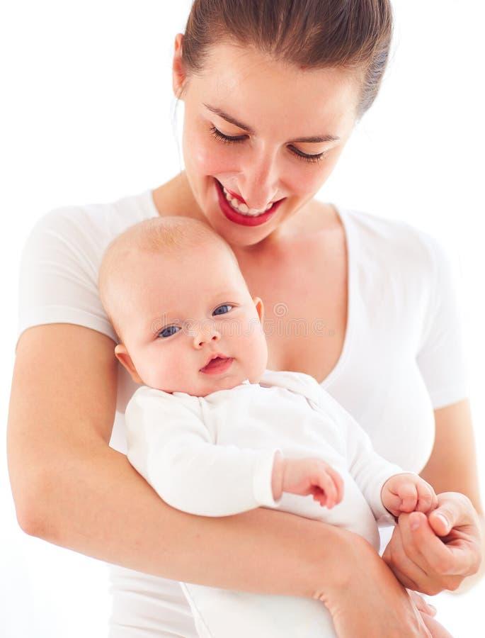 Porträt der jungen Mutter mit drei Monate alten Kinderbaby lizenzfreie stockbilder