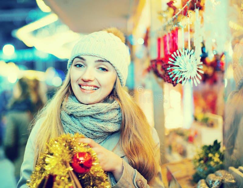 Porträt der jungen positiven netten glücklichen Frau an Weihnachtsfa lizenzfreie stockfotos