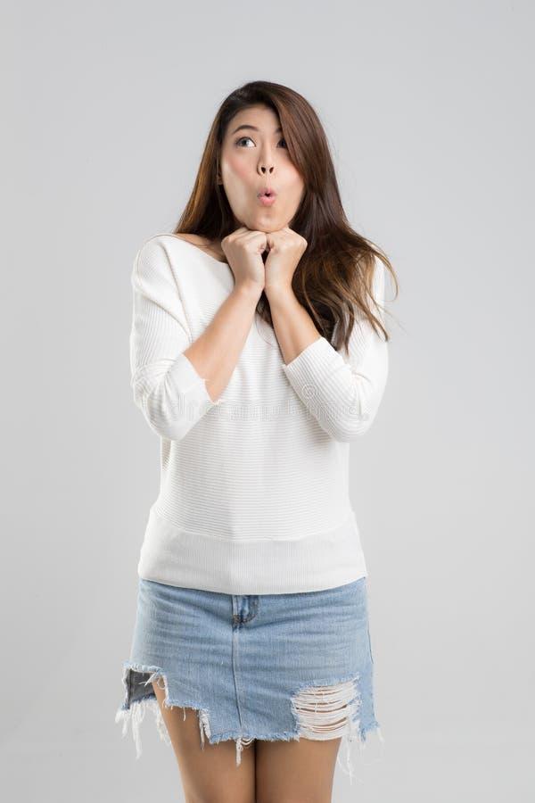 Porträt der jungen schönen asiatischen Mädchenhaltung zur Kamera ursprünglich stockfotografie