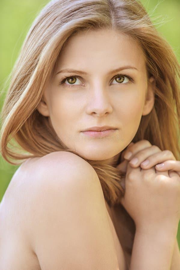 Porträt der jungen schönen blonden Frau stockfoto
